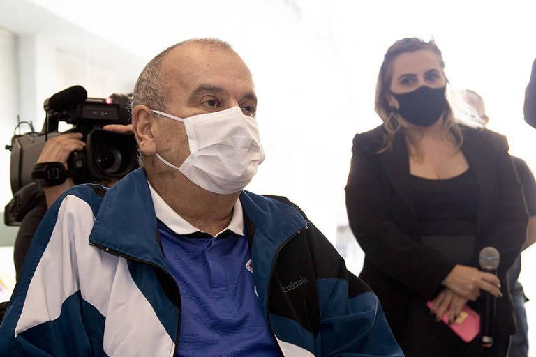 Airton dos Santos assiste a vídeo com mensagens no dia de sua alta do Hospital Santa Ana, em São Caetano do Sul