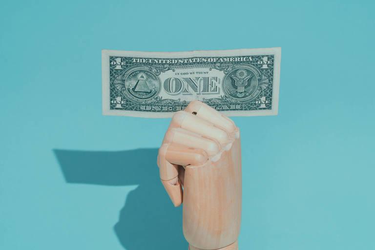 Dólar fecha a R$ 5,51, maior valor desde abril, e Bolsa estaciona