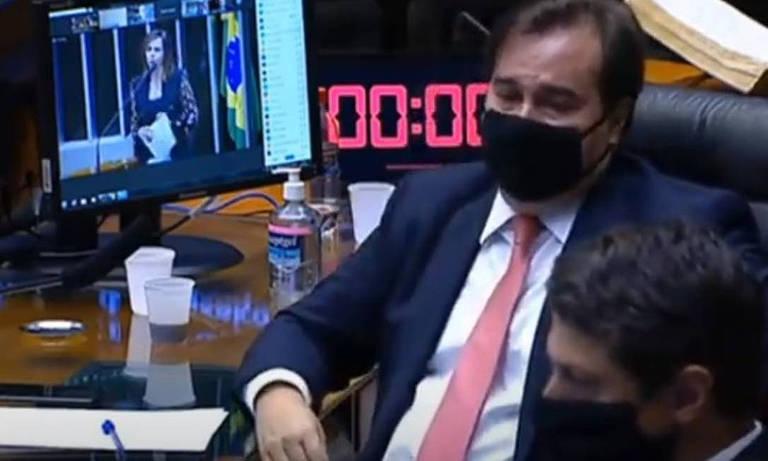 Maia está sentado e usa máscara de proteção