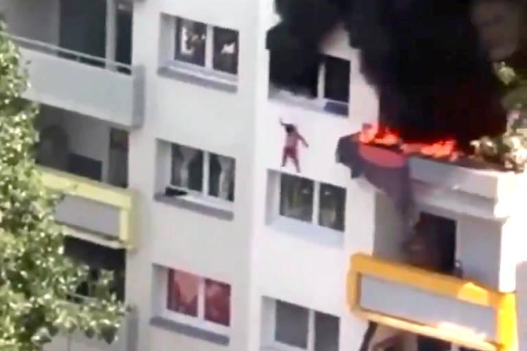 Duas crianças, de 3 e 10 anos, foram salvas de um incêndio nesta terça-feira (21) em Grenoble, no sudeste da França, após pularem de uma altura de cerca de 12 metros