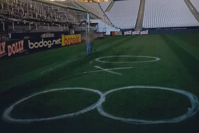 """Arena Corinthians amanheceu pichada com uma provocação palmeirense: """"8 x 0"""" foi o que estava escrito no gramado, em alusão à maior goleada alviverde no dérbi"""