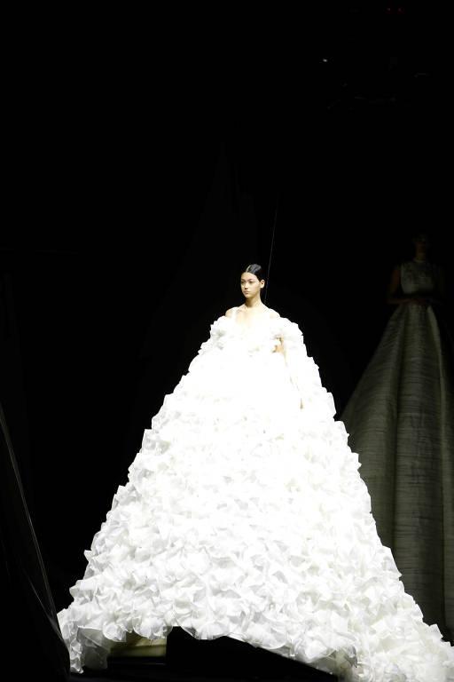 Modelo durante desfile da coleção de outono-inverno de 2020 e 2021 da italiana Valentino