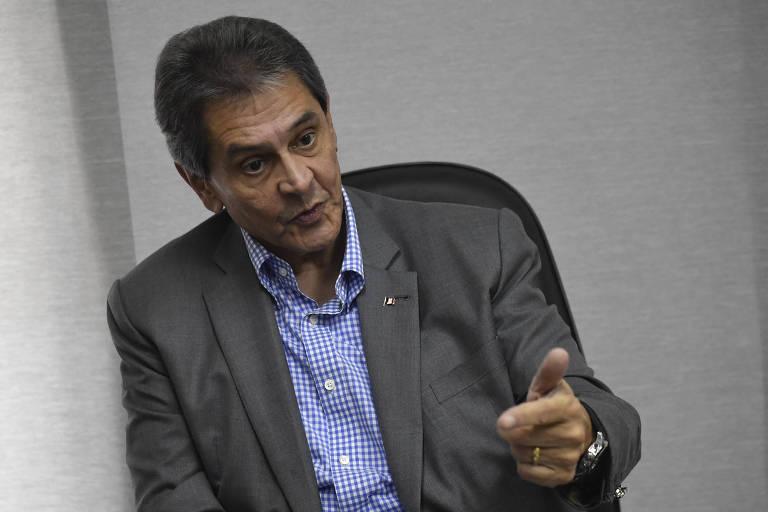 Roberto Jefferson gesticula durante entrevista sentado em uma cadeira