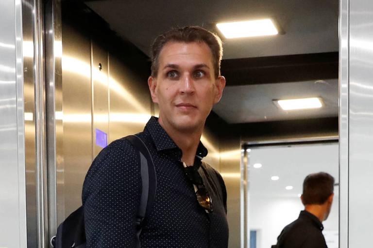 O editor-chefe Szabolcs Dull deixa a Redação após ter sido demitido