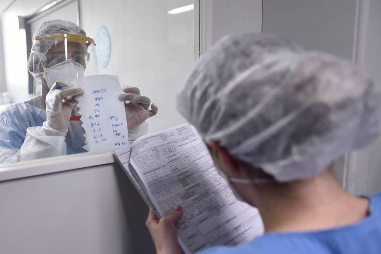 Profissionais da saúde na UTI da Santa Casa de Belo Horizonte (MG); estado tem interiorização dos casos de coronavírus