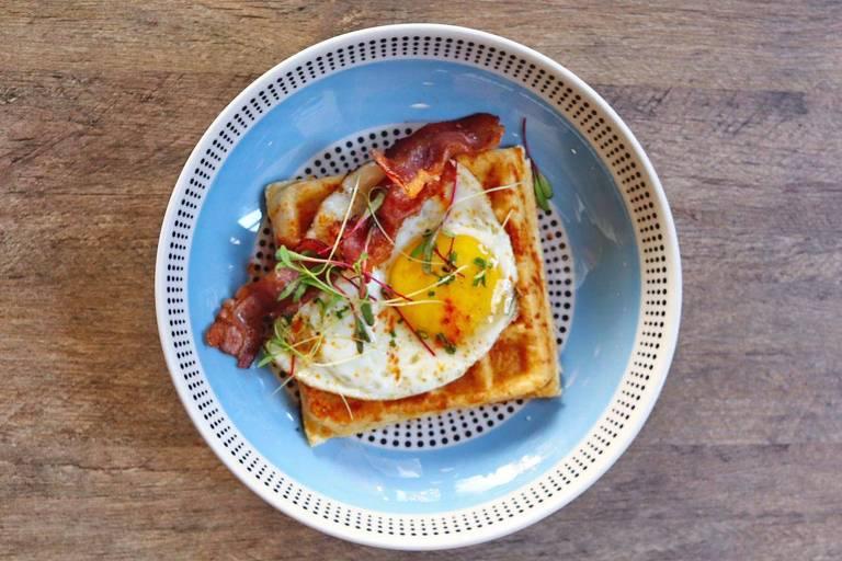 O bar Vero lançou menu de brunch para se adaptar aos novos horários de funcionamento durante a quarentena; na foto, waffle de pão de queijo, ovos fritos e bacon
