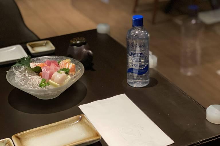 Ambiente do restaurante By Koji; casa se prepara para a reabertura com itens como placas de acrílico e álcool em gel