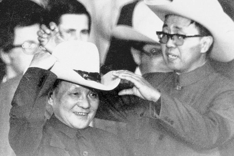 O líder chinês Deng Xiaoping coloca chapéu de caubói em visita a Houston, em 1979