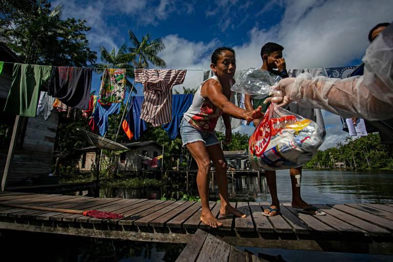 Família no Pará recebe mantimentos de funcionário do Ministério da Educação em substituição à merenda escolar durante a pandemia