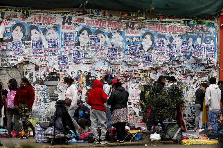 Vendedores ambulantes expõem seus produtos em rua do distrito de La Victoria, na capital peruana, Lima, durante o estado de emergência decretado por causa da pandemia da Covid-19