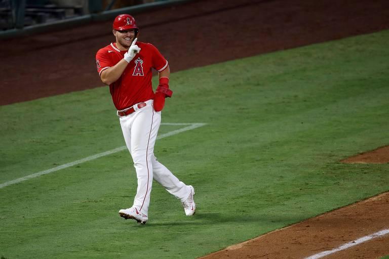 O outfielder Mike Trout, do Angels de Anaheim, tem salário anual (levando em conta a temporada completa) de US$ 37,7 milhões