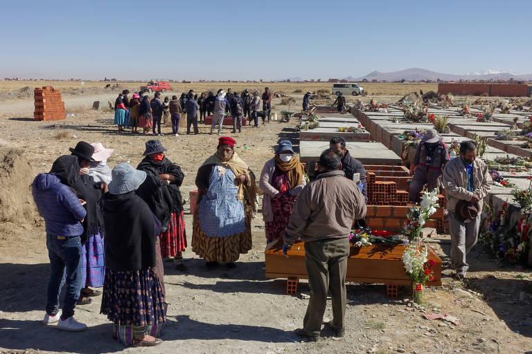 Familiares participam de velório de vítima da Covid-19 no cemitério Mercedario, em El Alto, região metropolitana de La Paz