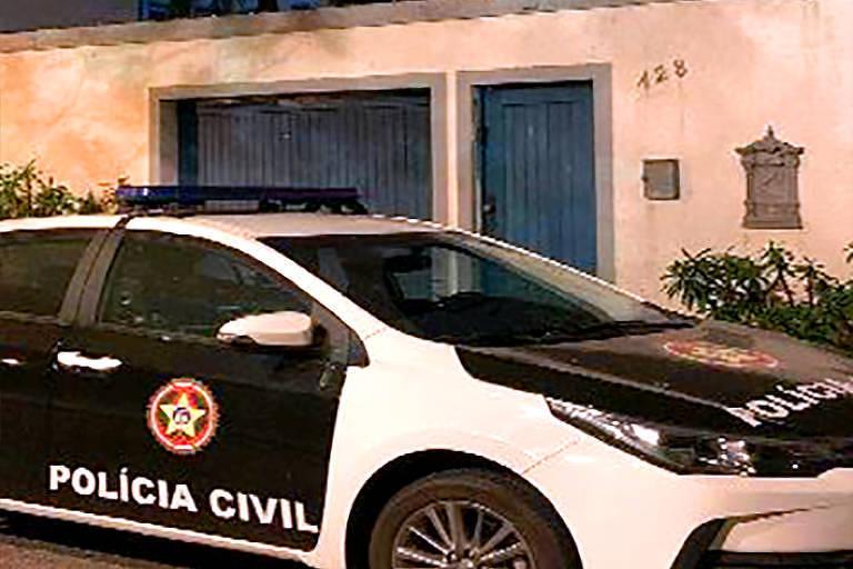 Carro da Polícia Civil estacionado em endereço do Rio alvo de operação contra o Iabas