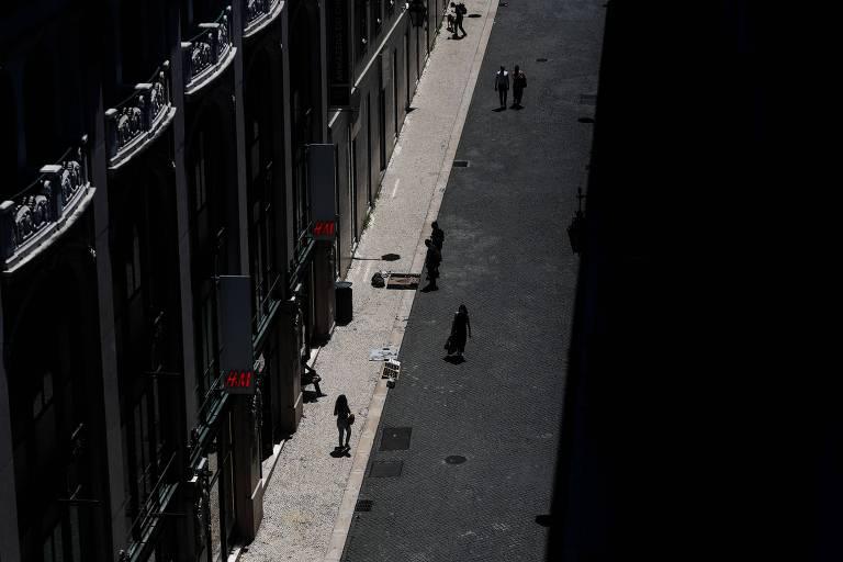 Pessoas caminham no centro de Lisboa, capital de Portugal