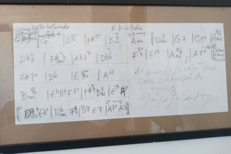 Acordes da música 'Beto Bom de Bola', de Sérgio Ricardo, em moldura em estúdio de Renato Terra
