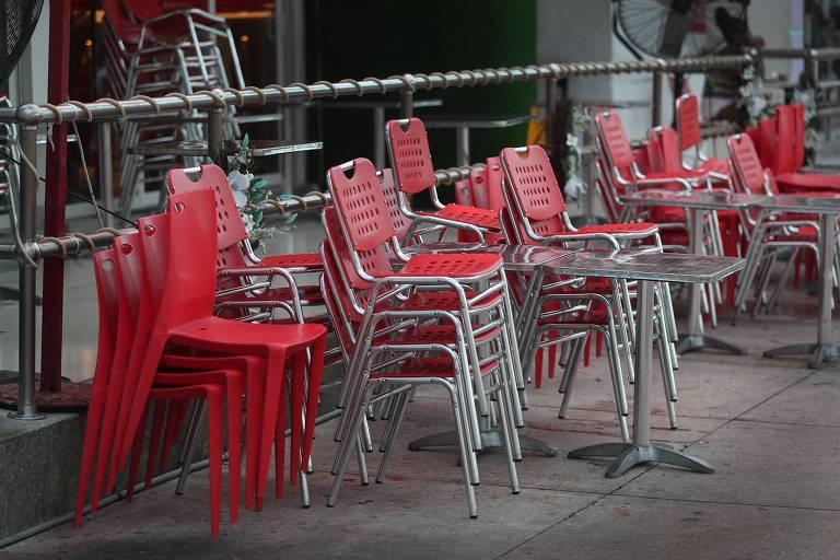 Cadeiras empilhadas no restaurante de Hotel em Miami Beach, na Flórida