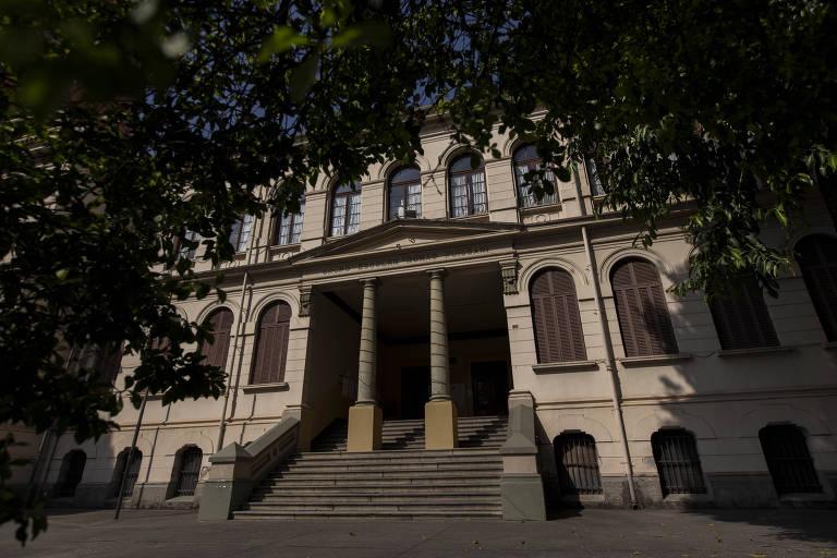 A Escola Estadual Romão Puiggari, no bairro do Brás, foi inaugurada em 1898 e é uma das escolas públicas mais antigas do Estado de São Paulo, mantendo as características originais do prédio construído por Ramos de Azevedo.
