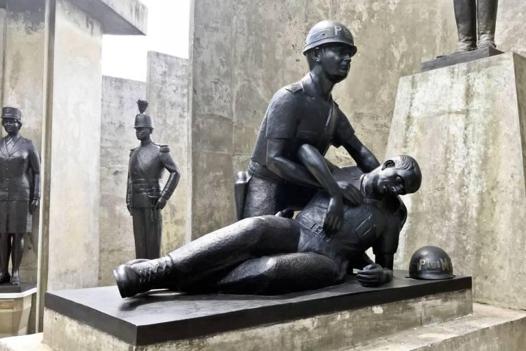 estátua de policial morto