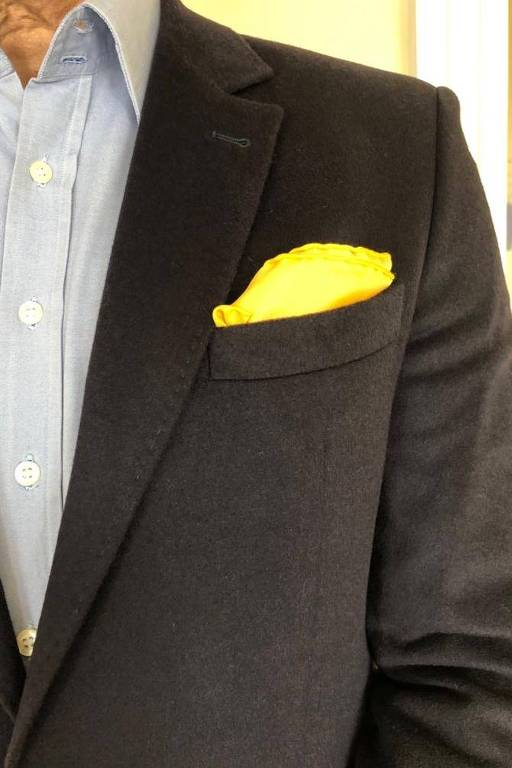 Lenço amarelo, em paletó de Claudio Ferreira, em defesa da democracia