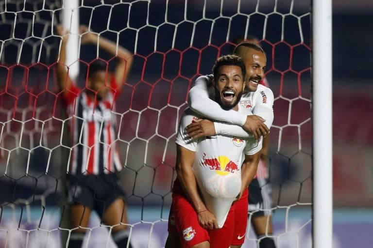 Morato é abraçado por Ytalo em comemoração após gol marcado contra o São Paulo em partida disputada no Morumbi