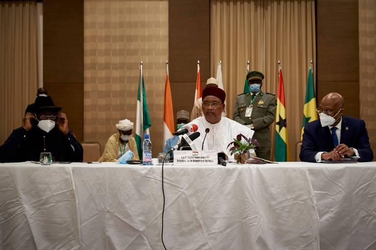 O presidente do Níger, Mahamadou Issoufou, ao centro, durante entrevista coletiva de líderes africanos que foram ao Mali para mediar negociações entre governo e oposição