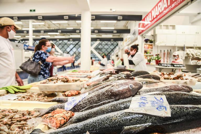 Clientes compram produtos no novo mercado de peixes.