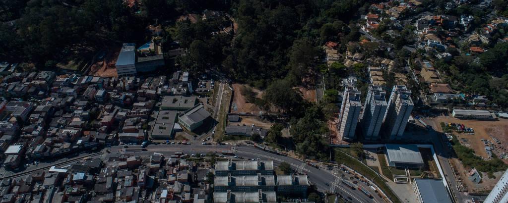 Terreno do futuro parque Paraisópolis ao centro. Ao fundo e à direita, a parte mais rica da região e, no primeiro plano, a comunidade