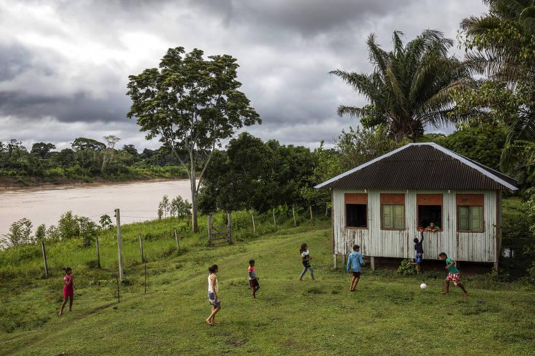 Alunos jogam futebol no intervalo da aula na comunidade Maracaju I, dentro da Reserva Extrativista Arapixi, no Amazonas