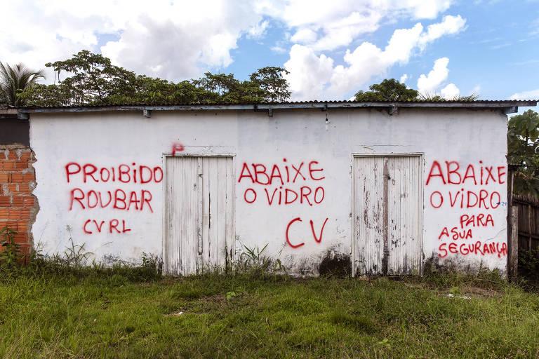 Pichação de facção criminosa em uma casa na Vila do V, comunidade de Porto Acre onde moram alguns do grileiros acusados de desmatar a região do entorno da Reserva Extrativista Arapixi