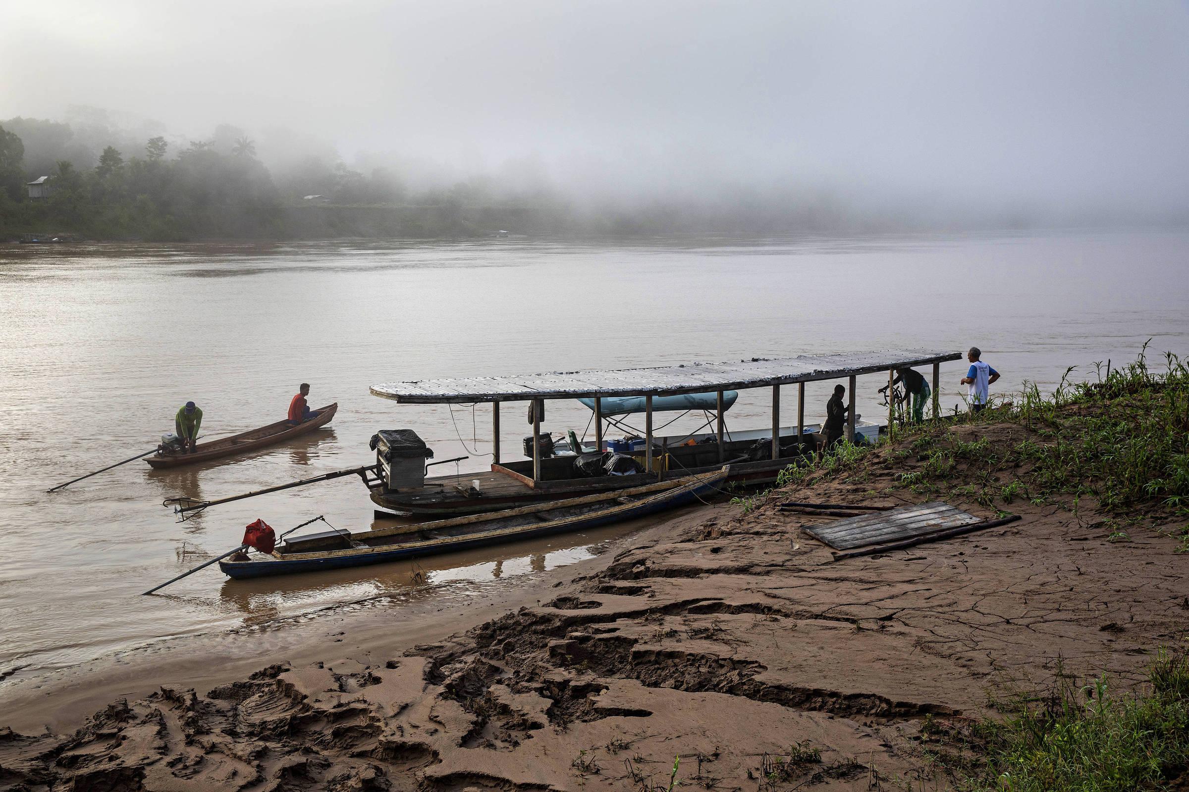 Movimentação de embarcações no rio Purus, em frente à comunidade Maracaju I, naa Reserva Extrativista Arapixi (AM)