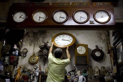SAO PAULO - SP - BRASIL - 12 DE FEVEREIRO DE 2009 - O relojoeiro Francisco Fazio ajusta a hora dos relogios em sua loja, localizada em Moema, em Sao Paulo. O horario de verao brasileiro acaba na madrugada deste proximo sabado. (Foto: Leonardo Wen/Folha Imagem, COTIDIANO)