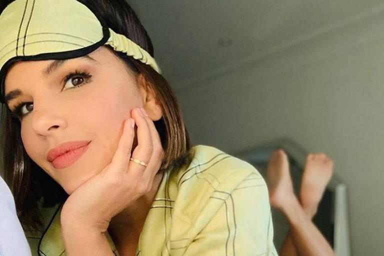 Mariana Rios posa de pijama, e Léo Santana deseja bom fim de semana