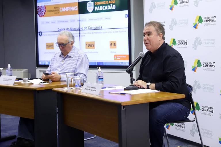 O prefeito Jonas Donizette (PSB) anuncia o retorno de Campinas à fase laranja do Plano São Paulo, ao lado do secretário de Saúde, Carmino de Souza