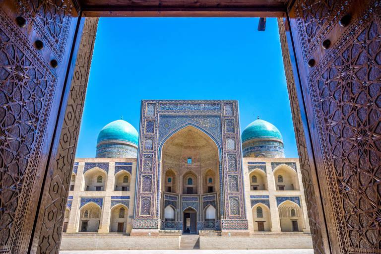 Mesquita vista por porta aberta