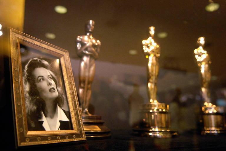 Estatuetas do Oscar entregues a Katharine Hepburn são exibidas em Los Angeles
