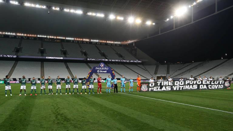 Jogadores de Corinthians e Palmeiras perfilados para ouvirem a execução do hino nacional brasileiro, no duelo em Itaquera