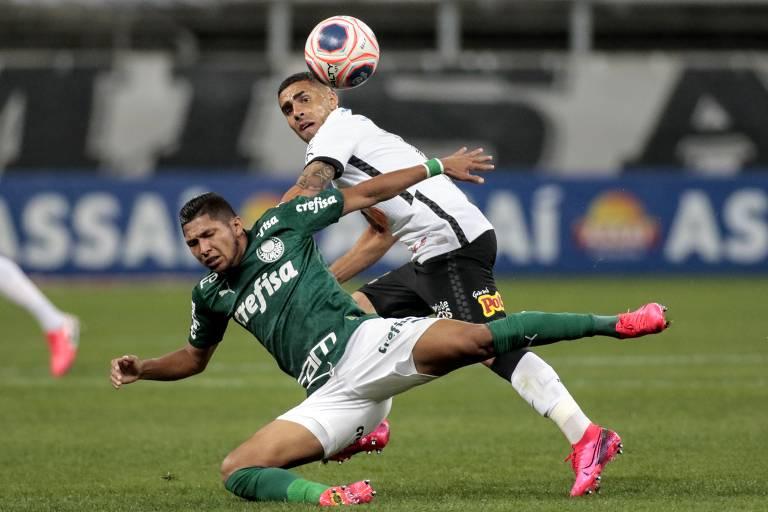 O atacante Rony, do Palmeiras, e o volante Gabriel, do Corinthians, disputam a bola em partida pelo Campeonato Paulista