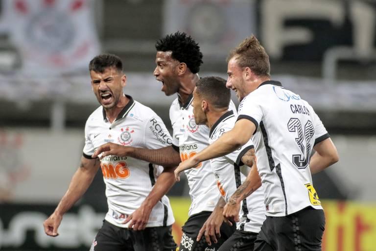 O zagueiro Gil (centro) comemora com os companheiros de Corinthians o gol marcado no clássico com o Palmeiras