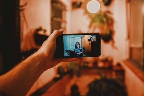 São Paulo, SP, Brasil, 17-07-2020: Geovanna de Souza Mendes, 19, estudante de letras da Uninove. Ela trocou a graduação presencial pelo ensino a distância. Especial EAD (Ensino a distância). Pandemia acelera a tendência do ensino híbrido. (foto Gabriel Cabral/Folhapress). Especial EAD (Ensino a distância). Pandemia acelera a tendência do ensino híbrido. (foto Gabriel Cabral/Folhapress)