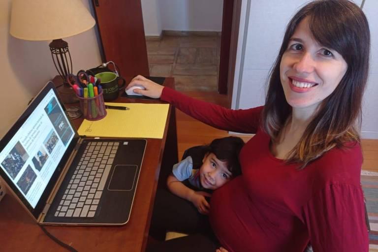 A repórter Flávia Mantovani e sua filha Olívia, 3, em seu escritório em Viçosa (MG)
