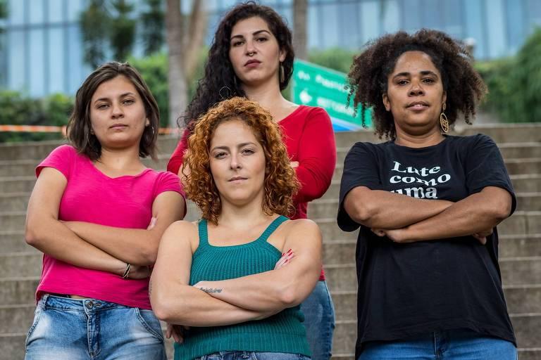Integrantes da Bancada Feminista, que disputará a eleição de vereadora pelo PCdoB em São Paulo: Carina Vitral (blusa azul), Claudia Rodrigues (blusa preta), Camilla Lima (blusa vermelha) e Nayara Souza (blusa cor-de-rosa). Crédito: Karla Boughoff/Divulgação