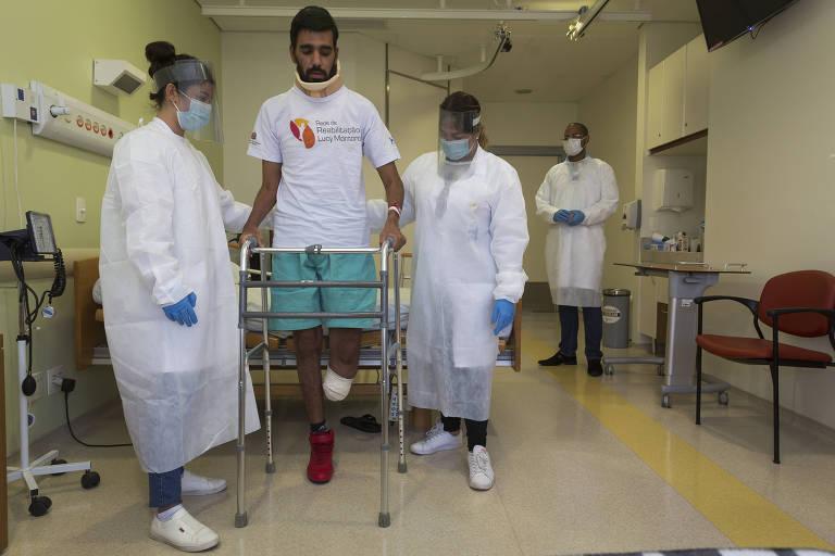 Após ter a perna esquerda amputada, Eberton  Barbosa está em reabilitação e preparação para uso de prótese em hospital da Rede Lucy Montoro; ele é acompanhado pela fisioterapeuta Rejane Atallah (à direita) e a residente Stefanny Bergamo