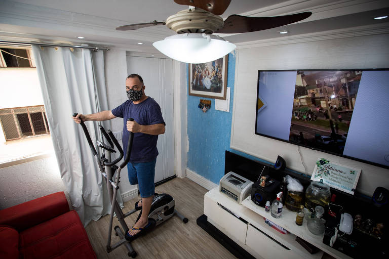 O autônomo Edilson Souza Santos, de 52 anos, percebeu uma piora em sua saúde; por isso, comprou uma bicicleta ergométrica para se exercitar durante a pandemia