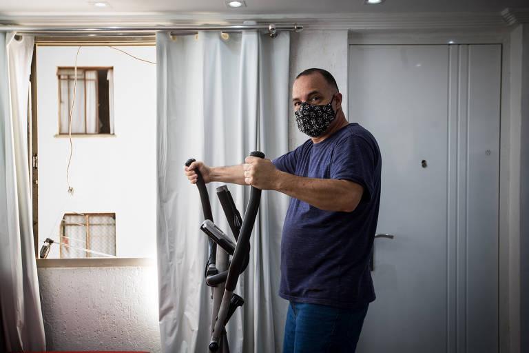 O autônomo Edilson Souza Santos, de 52 anos, percebeu uma piora na sua saúde durante a pandemia do novo coronavírus; por isso, comprou uma bicicleta ergométrica para se exercitar em casa e ainda faz alongamentos no seu prédio