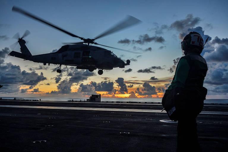 Helicóptero da Marinha dos EUA durante operação em porta-aviões no mar do sul da China