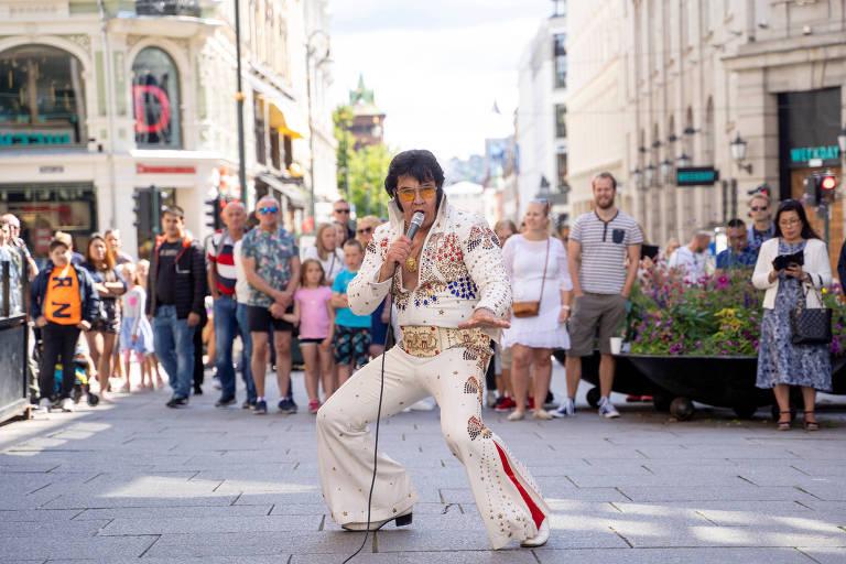 O artista Kjell Henning Bjornestad performando como Elvis Presley em Oslo