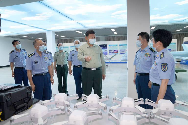 O dirigente chinês, Xi Jinping, visita escola de aviação da Força Aérea em Jilin, no nordeste do país