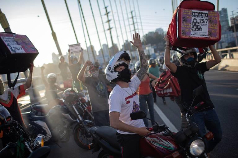 Segunda manifestação nacional de entregadores de aplicativos; na foto, diversos motoboys passam pela ponte Estaiada, na zona Sul de São Paulo