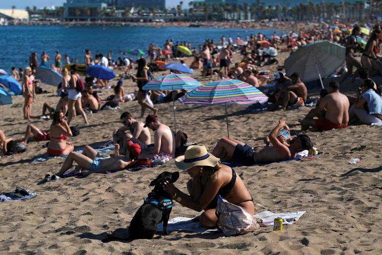 Espanhóis e turistas lotam praia em Barcelona depois do anúncio de novas restrições para conter o avanço do vírus