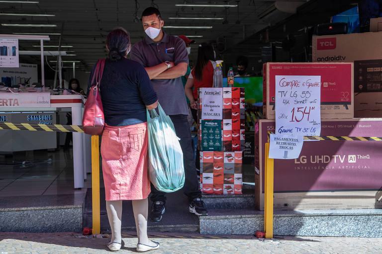 Funcionário com máscara de proteção e álcool em gel em loja em Marília (SP); vendas no varejo de eletrodomésticos e móveis cresce em canais virtuais